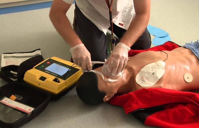 Gratis sessies gebruik levenreddende AED-toestel