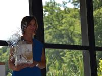 Kathleen ontving net uit de handen van Adinda een typisch Brasschaats geschenk.